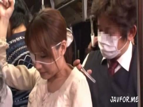 満員の通勤バスで痴漢にチンポ擦り付けられ生挿入される眼帯お姉さん