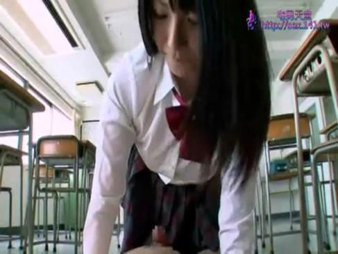 痴女JKの上原亜衣が誰も居ない放課後の教室で濃厚フェラ抜き!