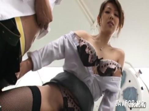 妖艶な痴女人妻女教師が生徒を誘惑→3Pでトリップw