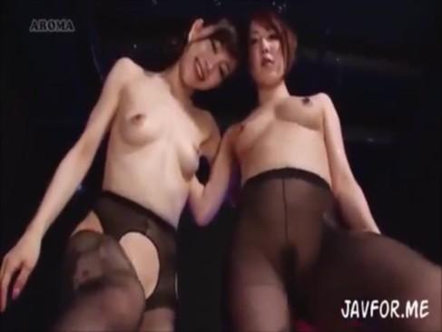 黒パンスト穿いた痴女あいかわ優衣&内村りなのローションまみれ足コキ3P!