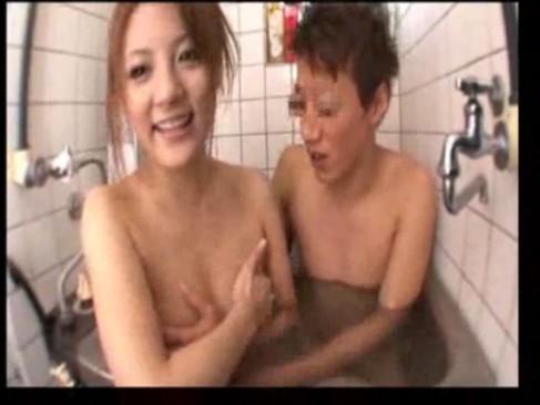 素人クン宅で一緒にお風呂に入りフェラと手コキで射精させる痴女優