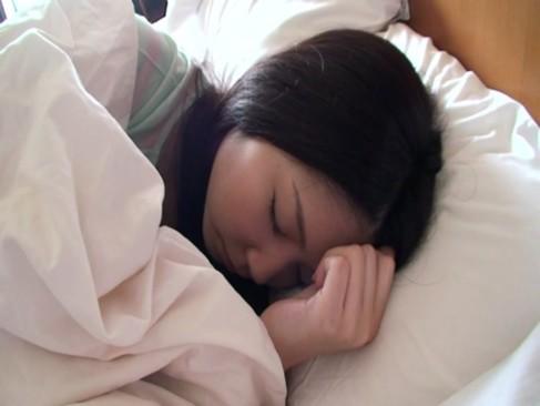 ホテルで眠っている美少女を寝起きドッキリでいきなりハメ倒す!