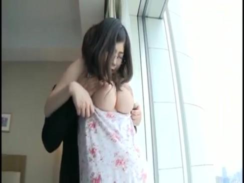 メガネ巨乳娘がノーブラ&マキシワンピで男を発情させてしまいレイプされるとか自業自得w