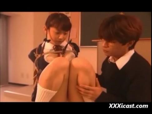 夕暮れの教室で女子校生を縛ってとことん責める