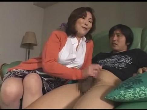 息子チンポを手コキ痴女って中出し近親相姦に持ち込んだ巨乳人妻
