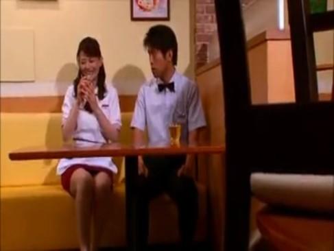 ファミレスで働く人妻熟女の三浦恵理子が閉店後にバイトの大学生に迫られ若チンポにヨガる