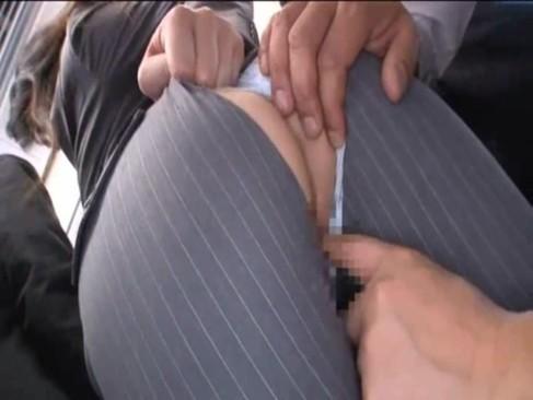 電車内で美女が痴漢で尻丸出し!パンツスーツ美女のキュートなお尻がエロすぎ