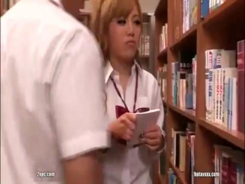 図書室にいた勉強熱心なギャル女子校生を人目はばからずハメ!