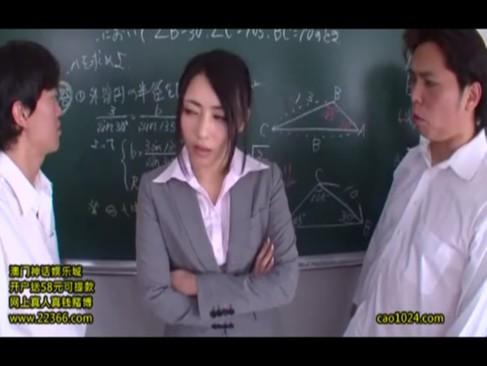 メチャ美人のナマイキな女教師が教室で男子生徒達の集団レイプにあって鬼ハメぶっかけ涙目・・