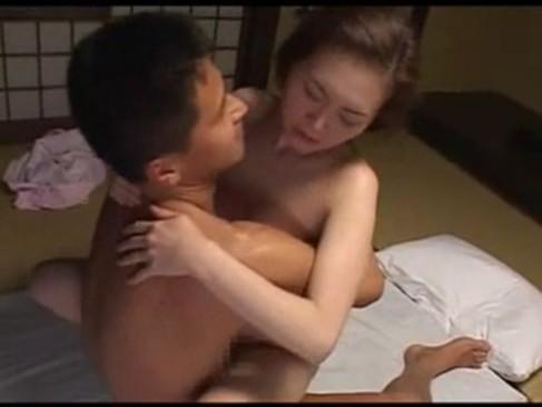 【巨乳】垂れた巨乳おっぱいがスケベすぎる東条美菜が息子を誘惑し近親相姦