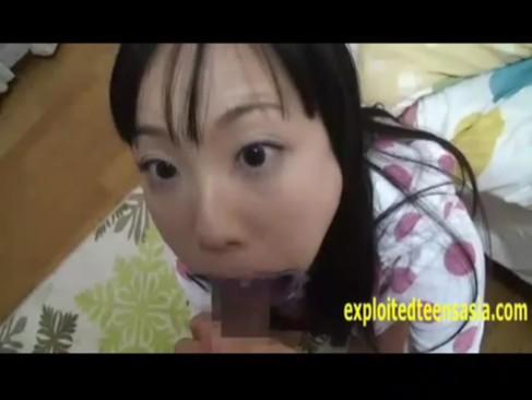 風呂上りでパジャマ姿の淫乱な娘のお口に器具はめこんで固定したまま口内射精フェラ
