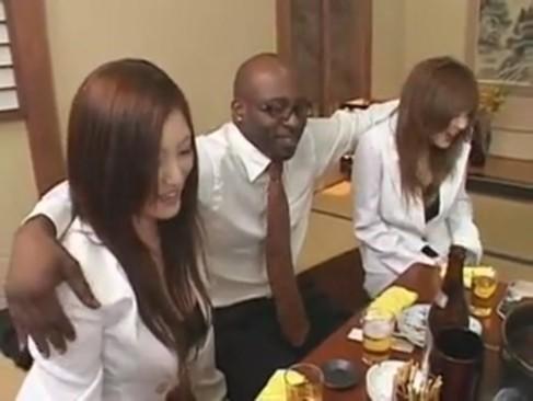 巨根の黒人を日本の女たちがおもてなし乱交ハーレムパーティー