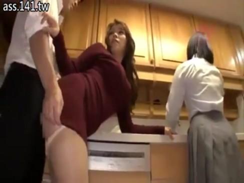 エロい顔した巨乳のお姉さんとの台所ファック!