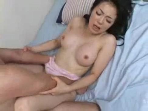 巨乳痴女が息子のチンポを受け入れてセックスしてしまう!