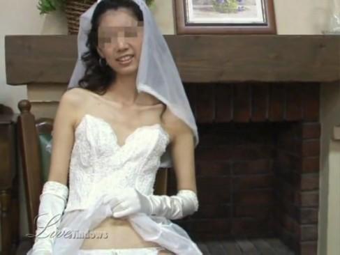 ウエディングドレスの人妻を剃毛でパイパンにして男3人で花婿を決める乱交セックス!