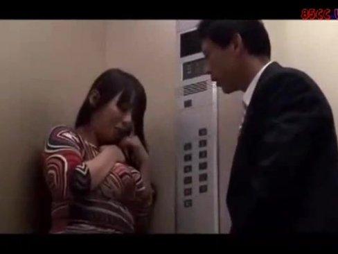 エレベーター内に閉じ込められた男女→欲情した男に密室レイプされる巨乳OL