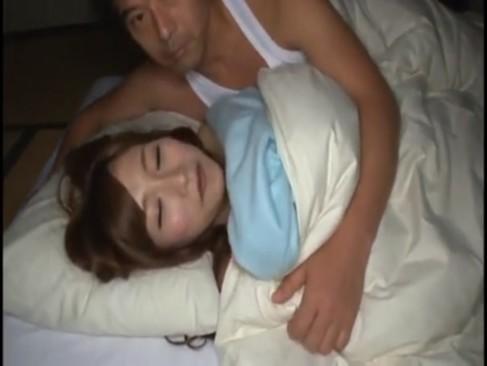 寝起きドッキリでそのままハメられてしまうスレンダー美少女