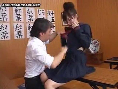 めがねでお団子の美乳女子校生をハメ倒して顔射!