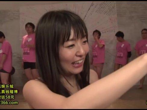 デビュー10周年をお祝いしてファンたちとハメまくるAV女優