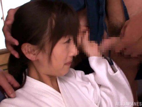 四方八方から迫り来るチンポで連続ぶっかけされる剣道部の美少女