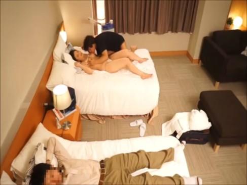媚薬直塗り2穴生姦アクメ→婚約者が寝ているすぐ横で潮吹き輪姦!