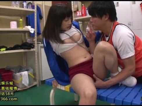 汗で蒸れた男のデカチンをシッカリ精処理する女