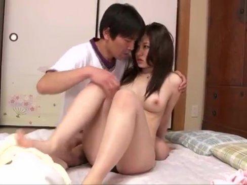 若い学生チンコに我慢できない人妻が自ら誘惑し肉棒挿入