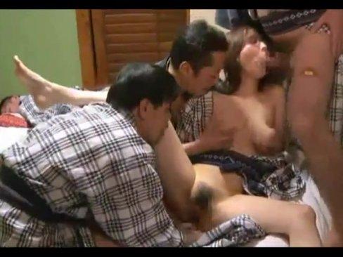 旅行に来てた浴衣姿の巨乳人妻がおっさんたちに輪姦される