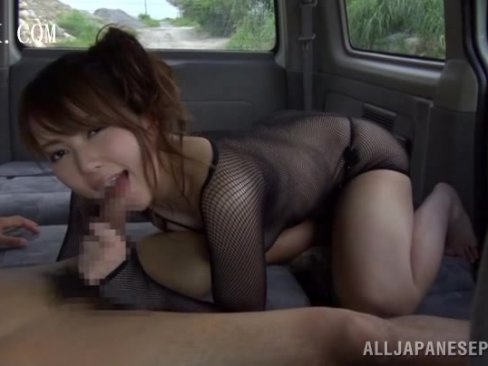 【手コキ 足コキ】全身網タイツの淫乱痴女に襲われ車内で足コキ・手コキ・フェラチオ責め
