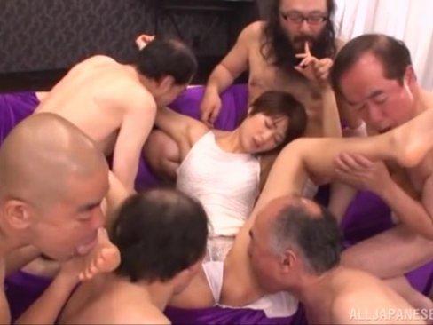ブサ男たちのチンポに囲まれ大乱交SEXでザーメン漬けになる川上奈々美