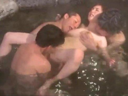 温泉旅館で人妻が見知らぬ男たちに夜通し犯されてた件