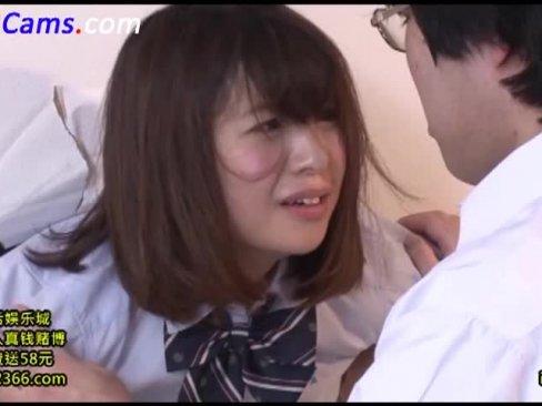 壁にハマって抜け出せない美少女JKが童貞男子に口内レイプ!顔射暴発に涙目www