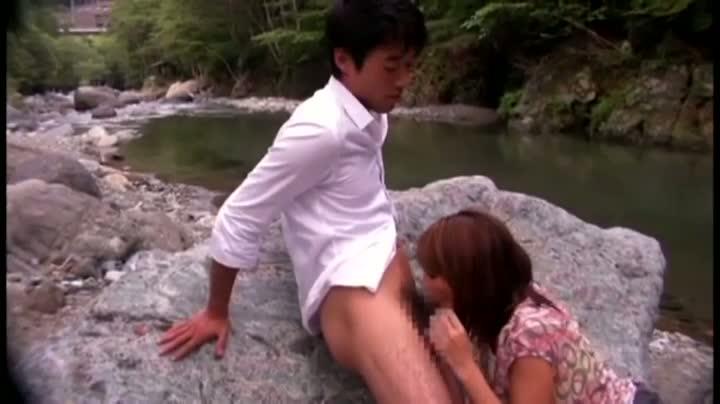 【巨乳】日焼け跡くっきりの巨乳おっぱい人妻と大自然でパイズリ青姦