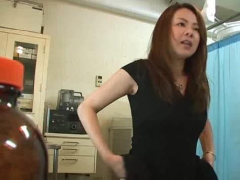 産婦人科のエロ医者が素人妻診察中に肉棒挿入そのまま中出しw