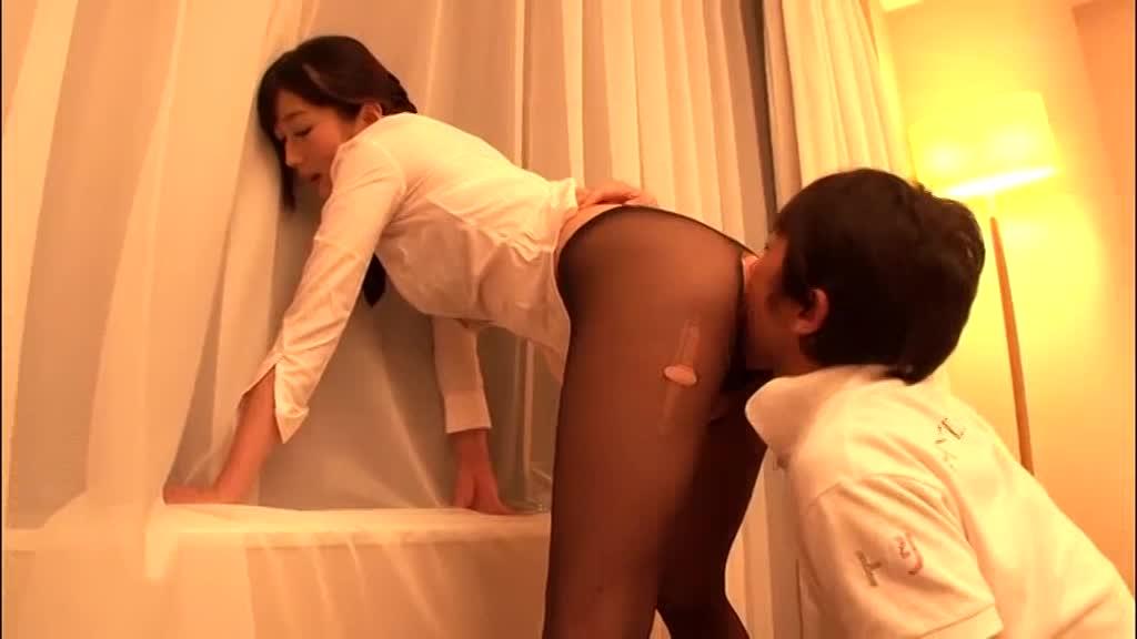 【コスプレエロ動画】CAコスした美女のパンストを破いてハメ