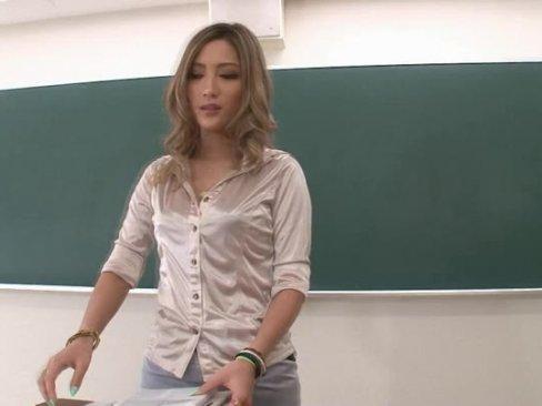 巨乳ギャルの淫乱痴女教師が居残り補習!童貞男子に跨がり教室で乱れまくり!