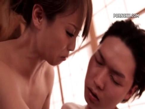 【人妻巨乳熟女無料動画】極道の妻が敵対組織の親分とSEX→性行為後油断したところをナイフでブスリ-吉沢明歩