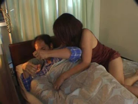巨乳ママのオナニーを見てしまった息子が発情して親父の寝てる横で近親相姦中出し