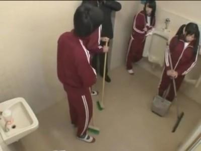 男子トレイの掃除をしていた女の子は同級生のチンコに興味津々で個室で生ハボ