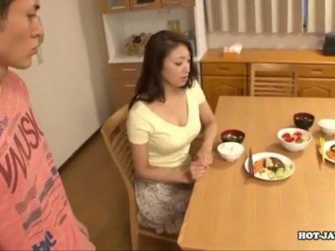 スレンダー巨乳ママ小早川怜子が童貞息子を風呂場で痴女ってケツ素股