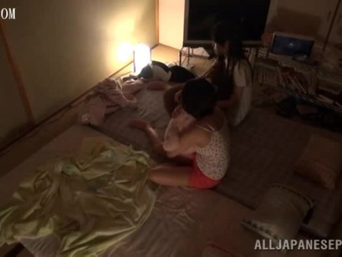 【美少女】我が家に泊まりに来た妹の友人が寝てる間にペニスしゃぶってきたので妹の横でハメた