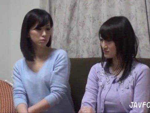 【巨乳】まだまだ若い素人妻2人ナンパ→そのまま生挿入乱交!
