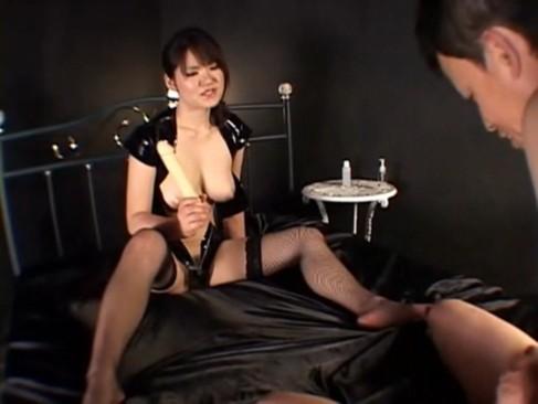 【痴女エロ動画】M男のチンコで遊ぶ巨乳美女