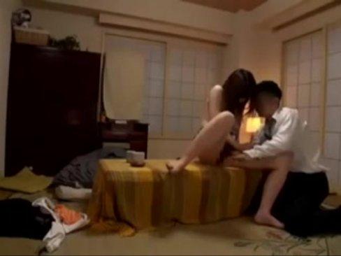 【巨乳】隣で夫が寝てるのに大胆不倫SEXしちゃう美女妻
