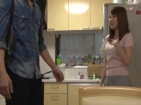 スケベじゃないと言い張るスケベ巨乳美人妻のお宅で台所パコ