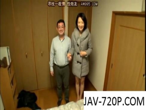 M男チンポが大好きな美痴女秘書・夏目あきらさんが素人宅で大サービス