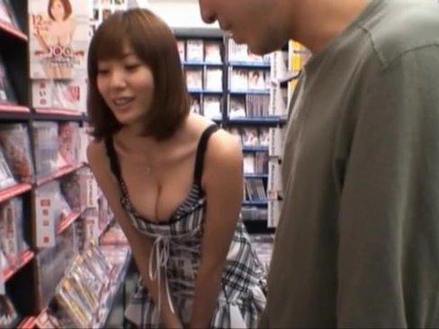 麻美ゆまがDVD屋でお客さんに痴女って巨乳さわらせフェラ抜き