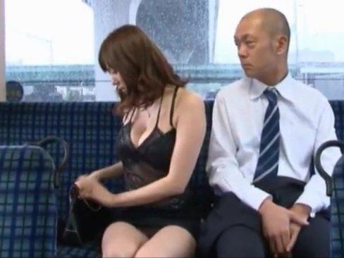 麻美ゆまさんがスケベな格好でバスに乗ったら隣の勃起男との恋が始まる