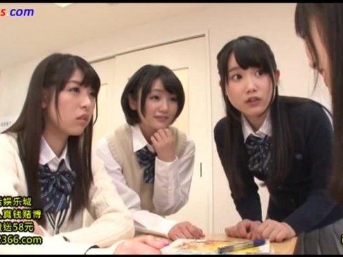 ロリ女子高生宮崎あやちゃんが巨根男子生徒を呼び出し友達と手ヌキ抜き