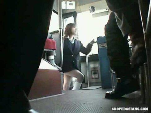 ルーズソックスのギャルJKに襲いかかる通学バスの痴漢イラマチオ軍団